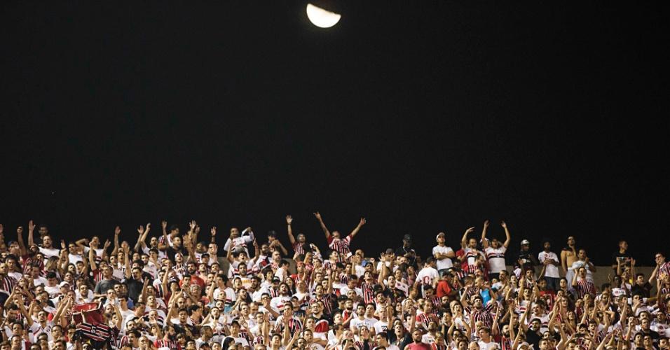 Torcida do São Paulo faz festa no Morumbi para apoiar o time contra o River, na Libertadores