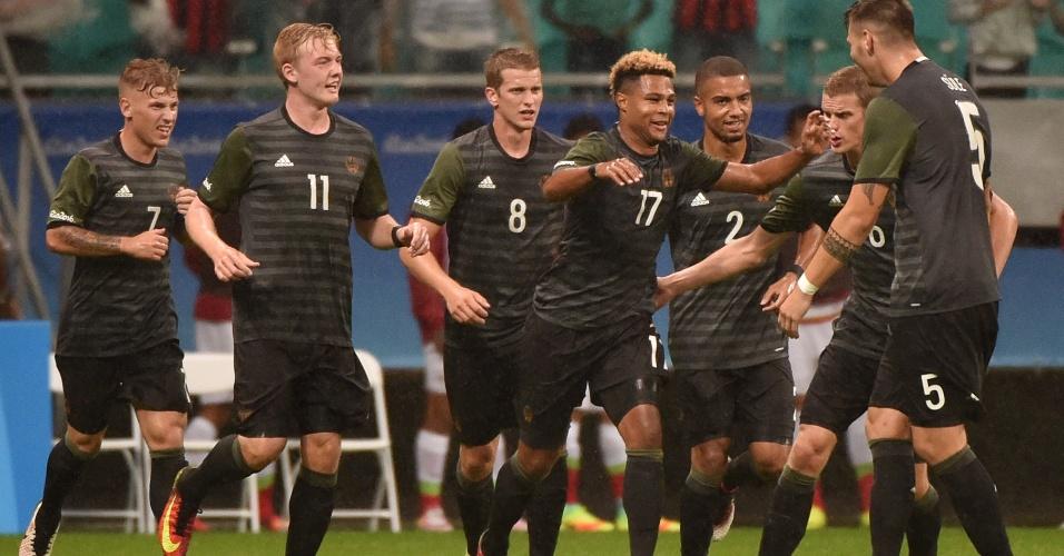 Jogadores comemoram gol de empate da seleção alemã na estreia pela Olimpíada