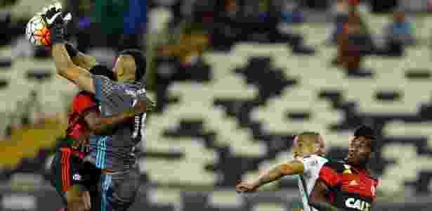 Alex Muralha se choca com Juan em lance de jogo com Palestino, do Chile - Ivan Alvarado/Reuters - Ivan Alvarado/Reuters