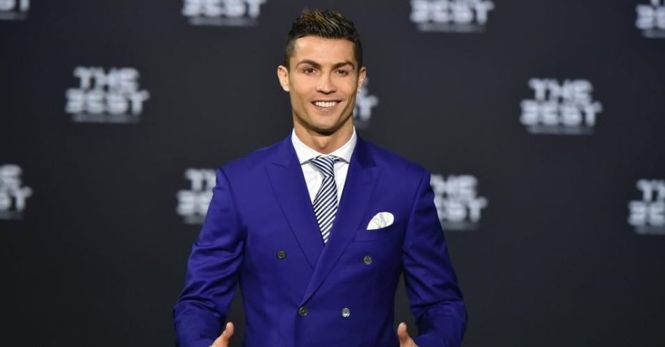Favorito ao prêmio de melhor jogador de 2016, Cristiano Ronaldo chega para cerimônia da Fifa vestindo terno azul