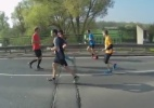 Alemão corre maratona de costas e bate recorde com tempo incrível - Reprodução/Vídeo TomTom