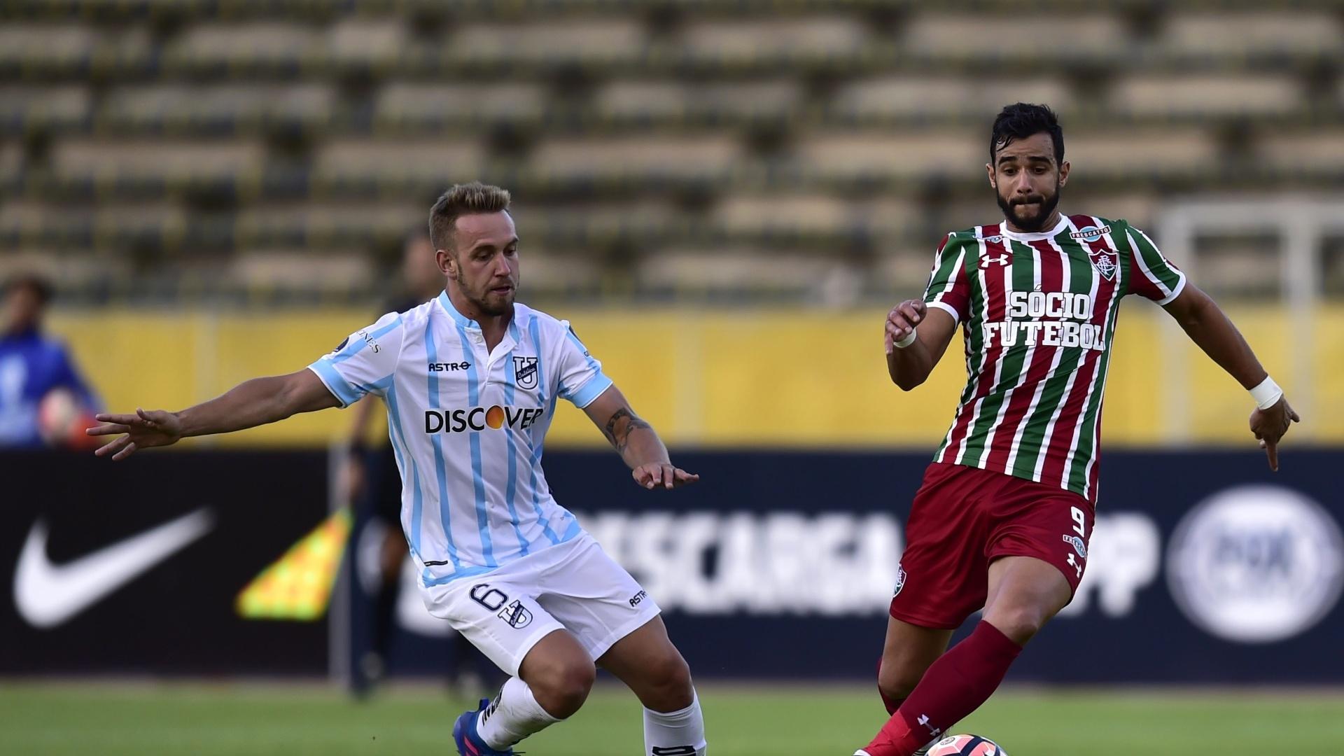 Henrique Dourado divide bola com Gil Romero durante Universidad Catolica (EQU) x Fluminense pela Copa Sul-Americana
