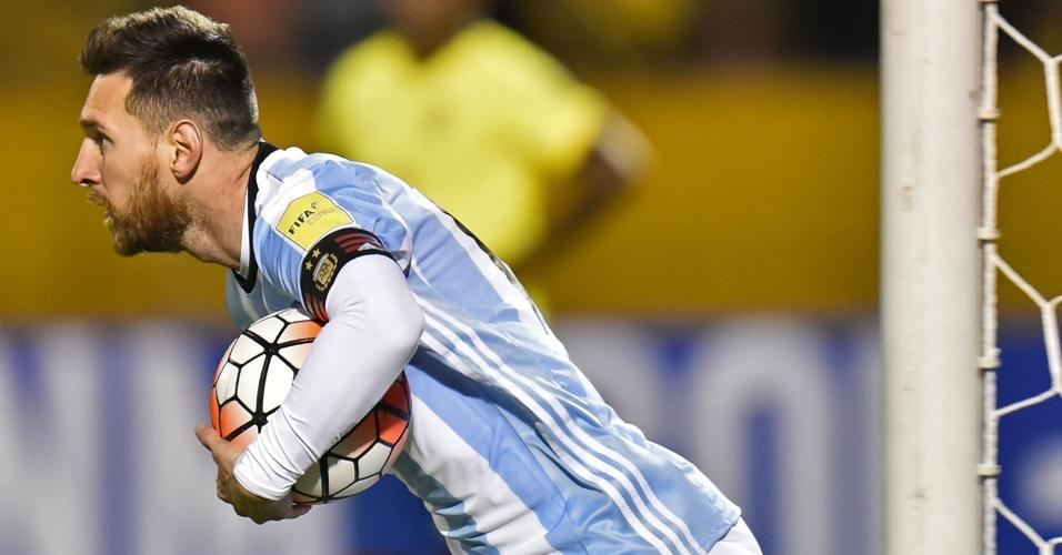 Messi busca a bola após marcar para a Argentina contra o Equador