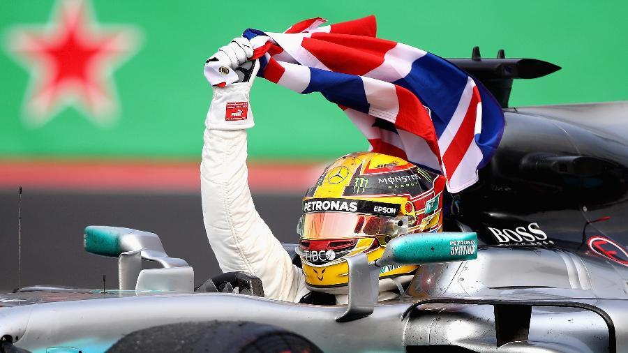 Lewis Hamilton desfila com seu carro após conquista do tetra da Fórmula 1 - Clive Mason/Getty Images