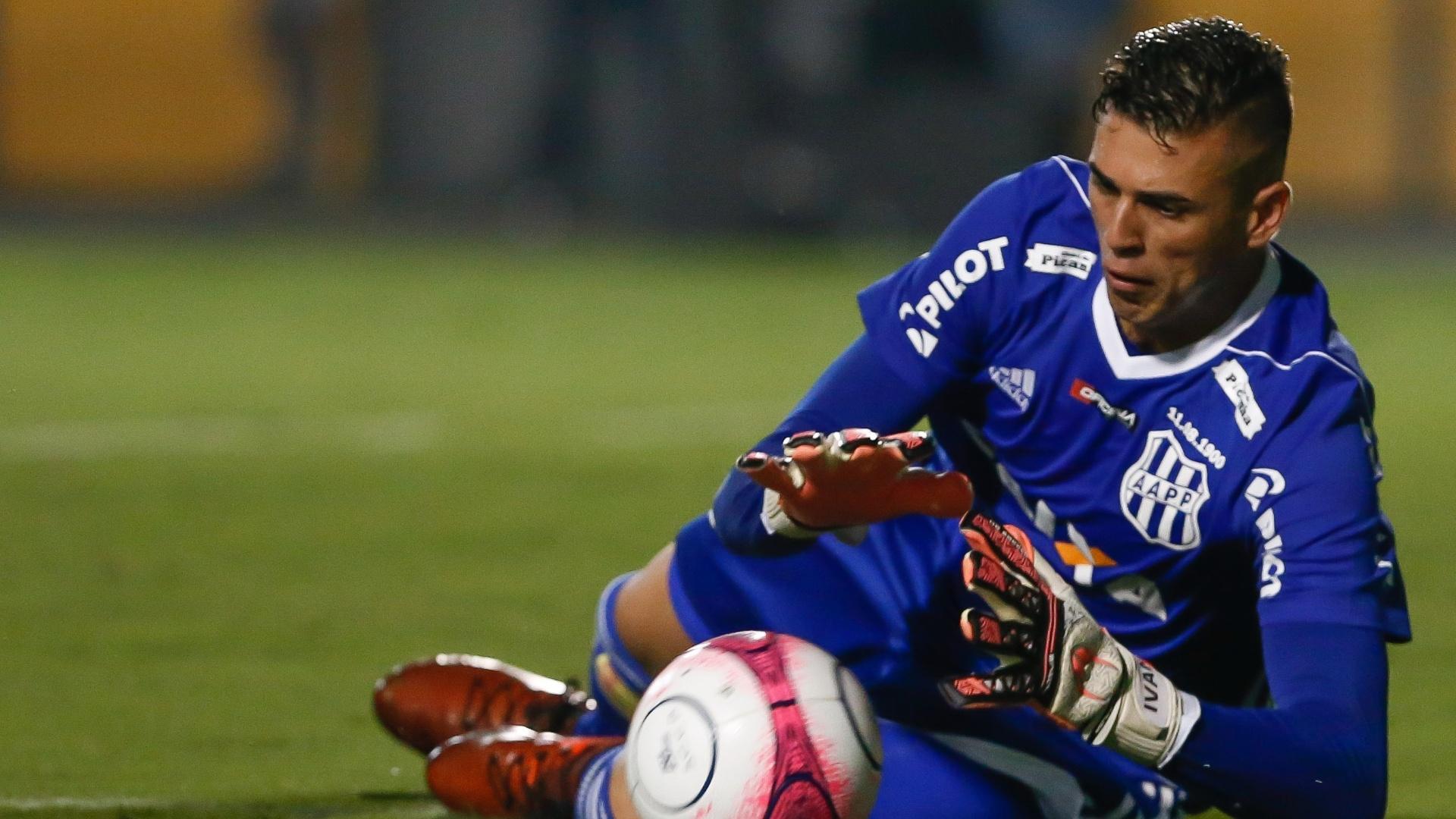 O goleiro Ivan, da Ponte Preta, durante jogo contra o Corinthians
