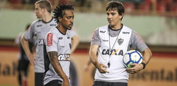 Thiago Larghi (direita) foi mantido na comissão técnica do Atlético-MG