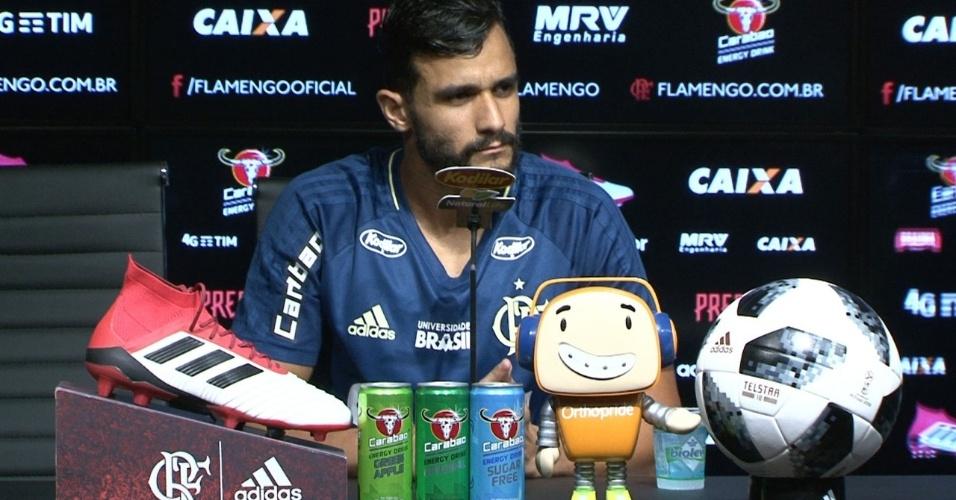 Henrique Dourado concede entrevista rodeado de patrocínios do Flamengo