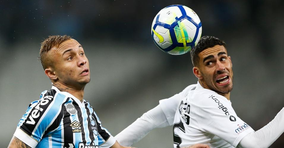 Gabriel e Everton disputam a bola no jogo entre Corinthians e Grêmio