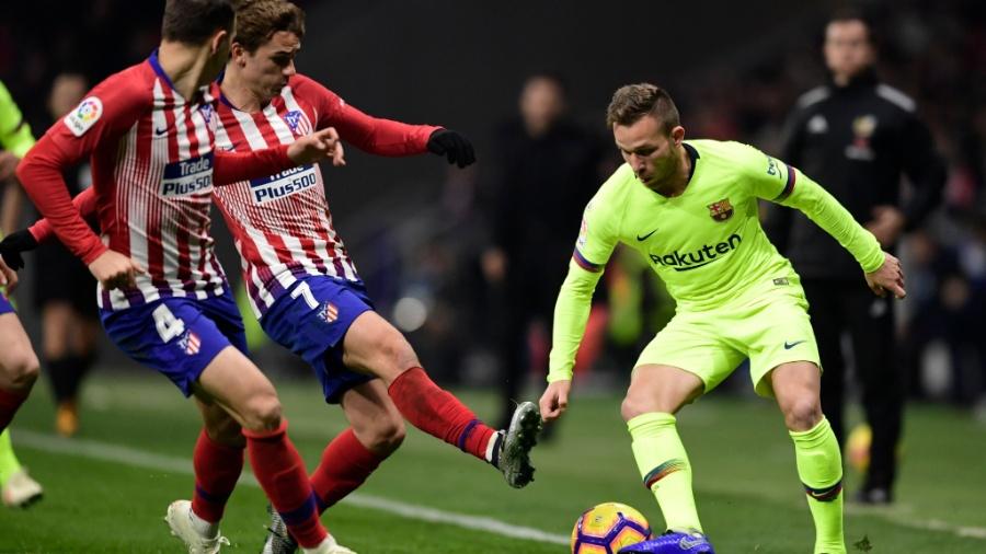 Arthur, do Barcelona, disputa bola em jogo contra o Atlético de Madri - Javier Soriano/AFP