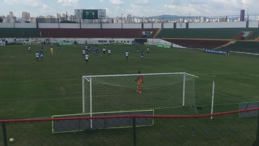 Torcida foge da área sem cobertura do Estádio Canindé - Felipe Pereira