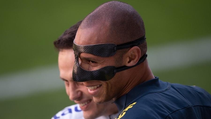 Miranda participou de treino com máscara especial para proteger nariz fraturado - Pedro Martins / MoWA Press