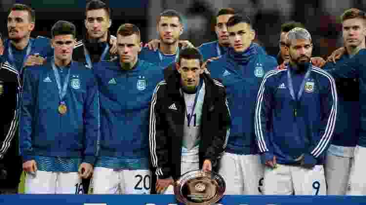 Jogadores da Argentina com a medalha de bronze da Copa América - Luisa Gonzalez/Reuters