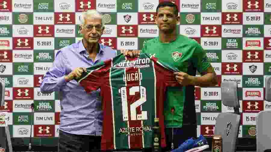 Lucão recebe camisa do Fluminense das mãos de Celso Barros - FOTO DE LUCAS MERÇON/ FLUMINENSE FC