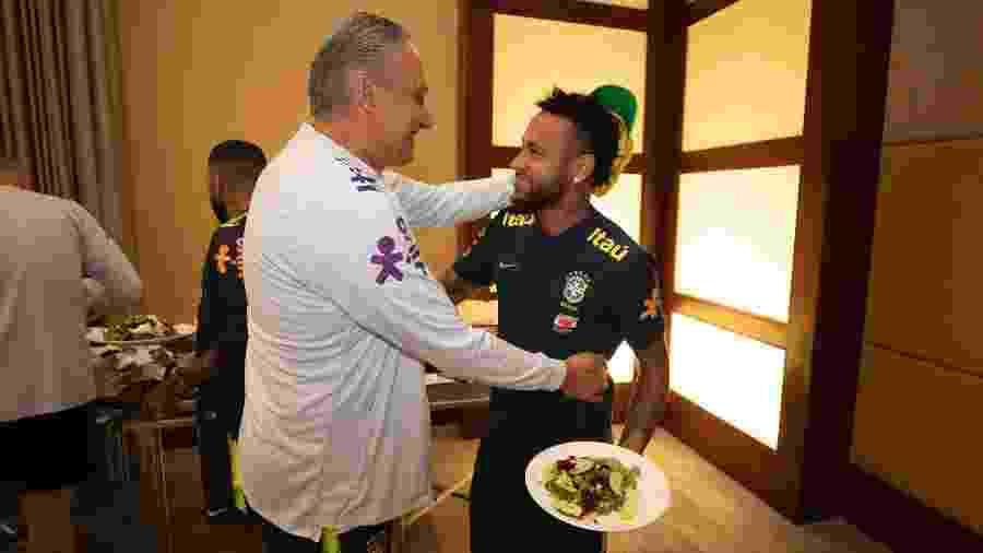 Neymar e Tite conversam; Ricardo Rocha mostrou confiança no trabalho do treinador da seleção brasileira - Lucas Figueiredo/CBF