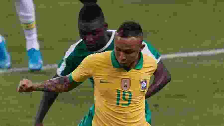 Everton Cebolinha tenta passar pela marcação da Nigéria - Allsport Co./Getty Images