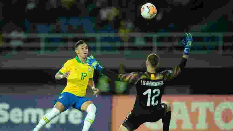 Pepê finaliza para fazer um golaço contra o Uruguai - Lucas Figueiredo/CBF