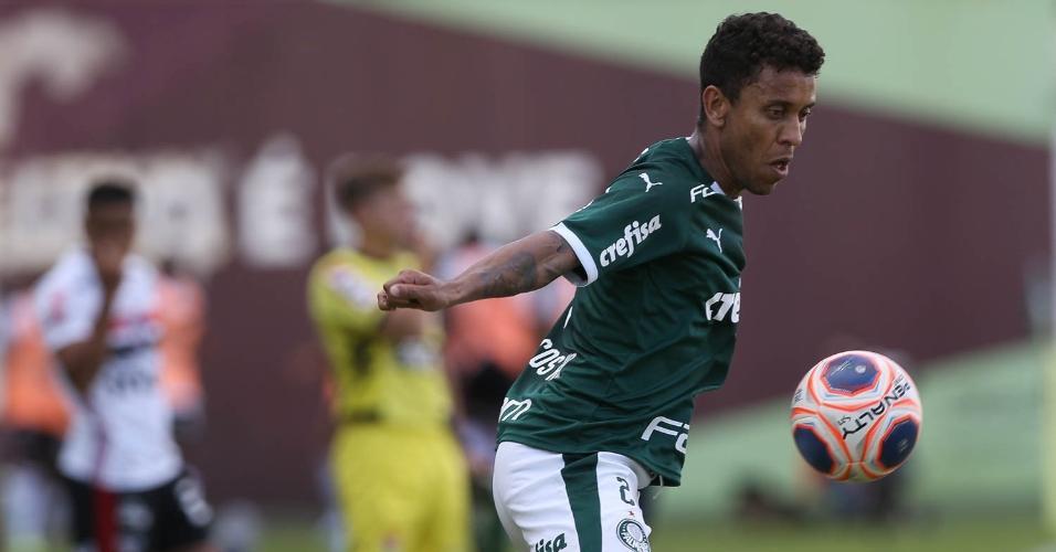 Marcos Rocha domina a bola no duelo entre Palmeiras e São Paulo