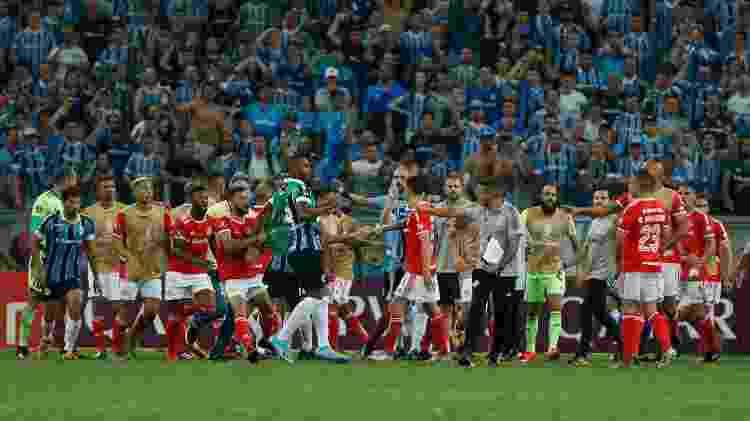 Briga no clássico entre Grêmio e Internacional pela Libertadores terminou com oito expulsos - Jeferson Guareze/AGIF - Jeferson Guareze/AGIF