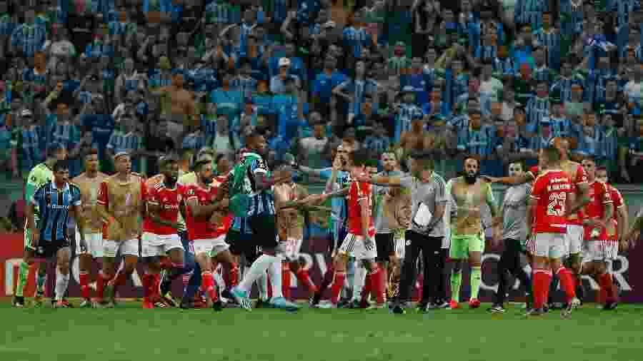 Briga no clássico entre Grêmio e Internacional pela Libertadores terminou com oito expulsos - Jeferson Guareze/AGIF