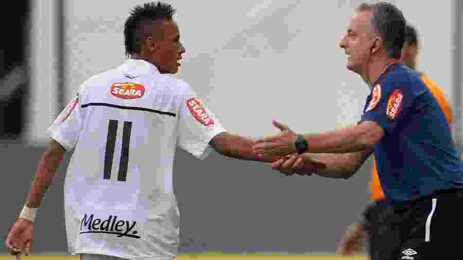 Santos x Ceará: o técnico santista Dorival Junior conversa com Neymar durante partida em 2010 - Adriano Vizoni/Folhapress