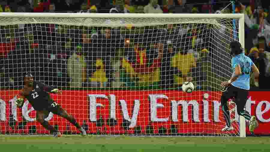 Loco Abreu cobra pênalti de cavadinha para classificar o Uruguai para a semifinal da Copa de 2010 - Cameron Spencer/Getty Images