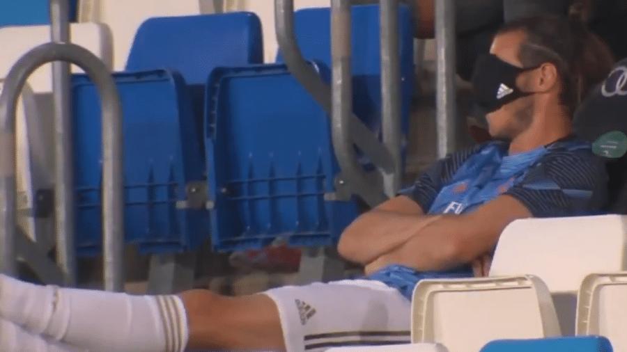 Sem jogar, Bale cobre os olhos com máscara durante partida do Real Madrid - Reprodução/Gol