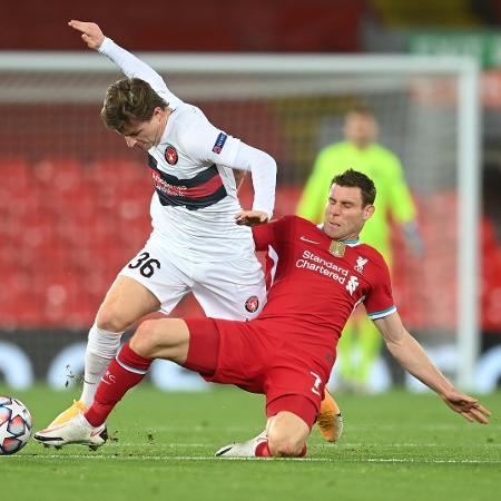 Anders Dreyer, do FC Midtjylland, disputa bola com James Milner, do Liverpool - Michael Regan/Getty Images