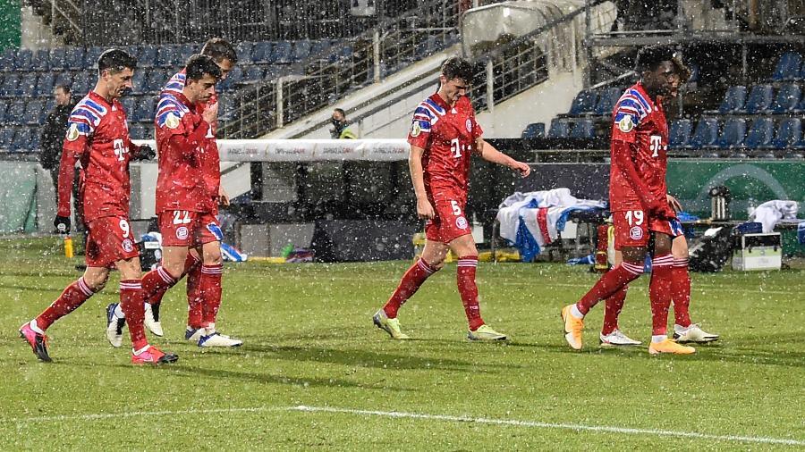 Jogadores do Bayern deixam o gramado após eliminação para o Kiel na Copa da Alemanha - FABIAN BIMMER/AFP