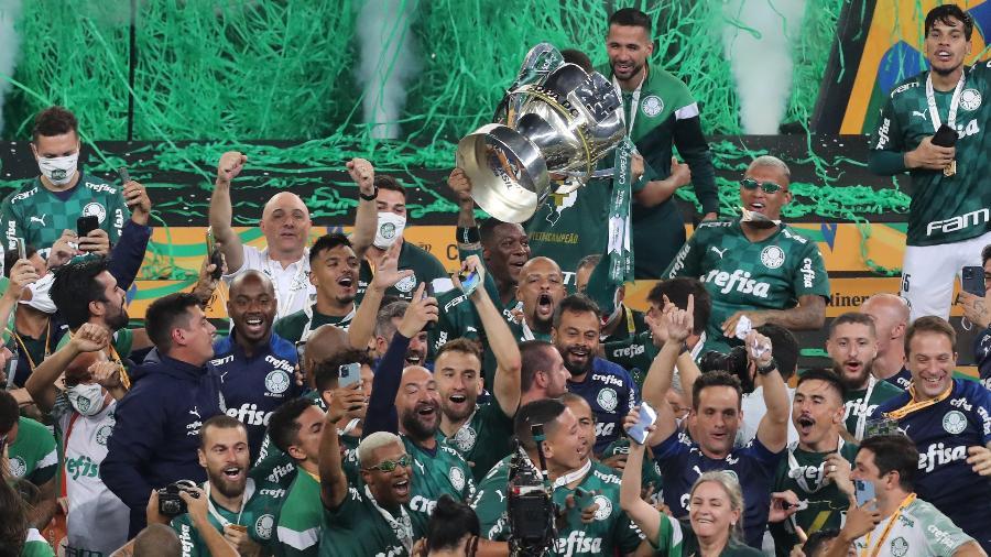 Felipe Melo levanta o troféu do título do Palmeiras na Copa do Brasil - Alex Silva/Estadão Conteúdo
