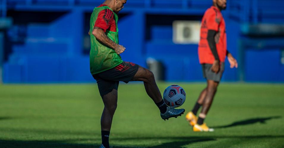 Michael domina a bola em treino do Flamengo, ontem (19/04).