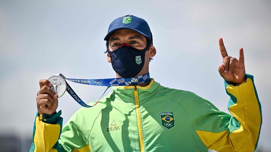 Brasileiro Kelvin Hoefler exibe medalha de prata do skate street masculino - Jeff PACHOUD / AFP