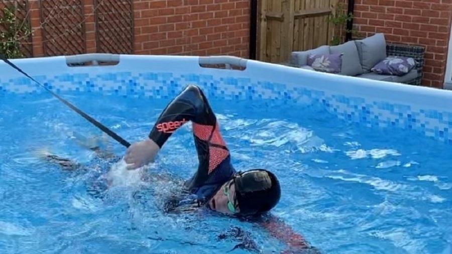 Para treinar, Richards passou horas e horas nadando na piscina de lona que fica no quintal da casa da família - Arquivo pessoal