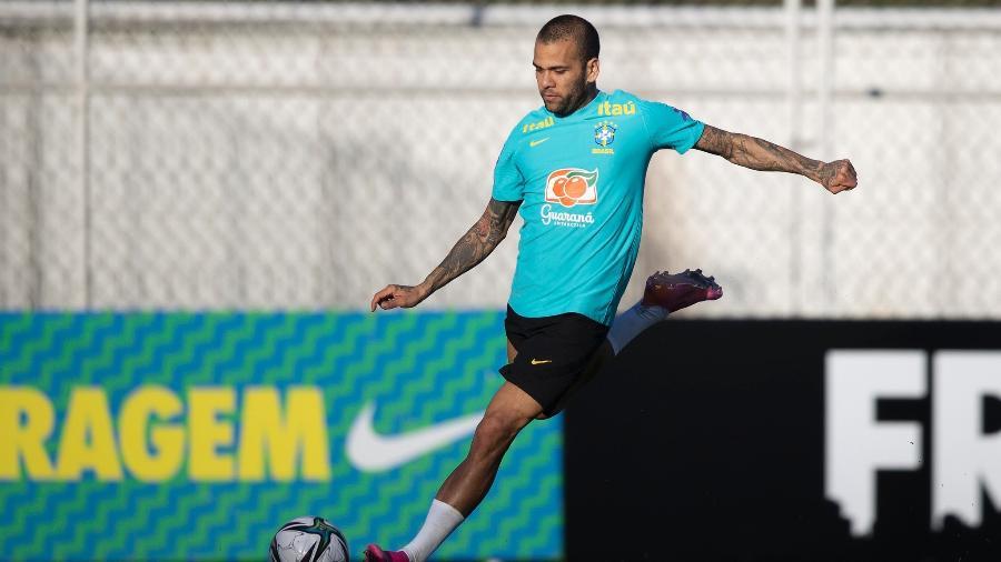 Daniel Alves durante treinamento da seleção brasileira no CT Joaquim Grava - Lucas Figueiredo/CBF