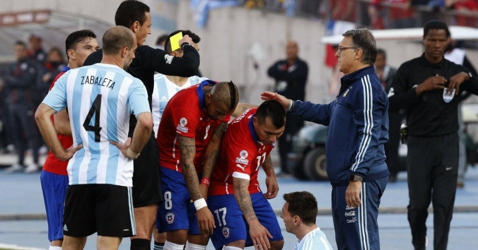 Falta em Messi gera pequena confusão