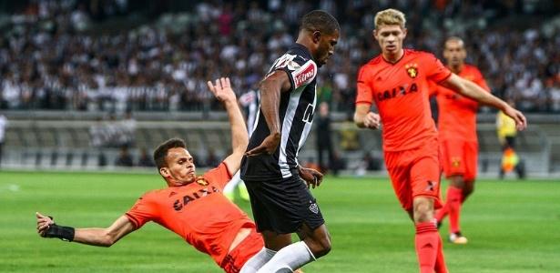 Carlos César ganha espaço com Diego Aguirre e tem se destacado - Bruno Cantini/Clube Atlético Mineiro