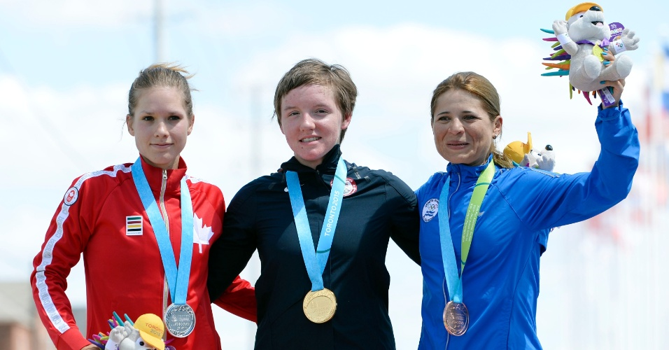 Jasmin Glaesser, do Canadá, Catlin Kelly, dos Estados Unidos, e Evelyn Garcia, de El Salvador, recebem as medalhas de prata, ouro e bronze, respectivamente, do ciclismo de estrada