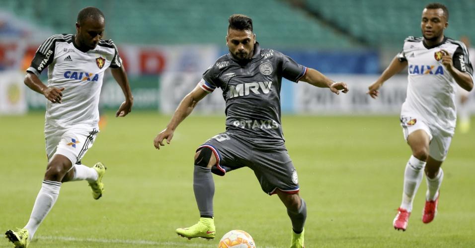 Maxi Biancucchi protege a bola dos jogadores do Sport
