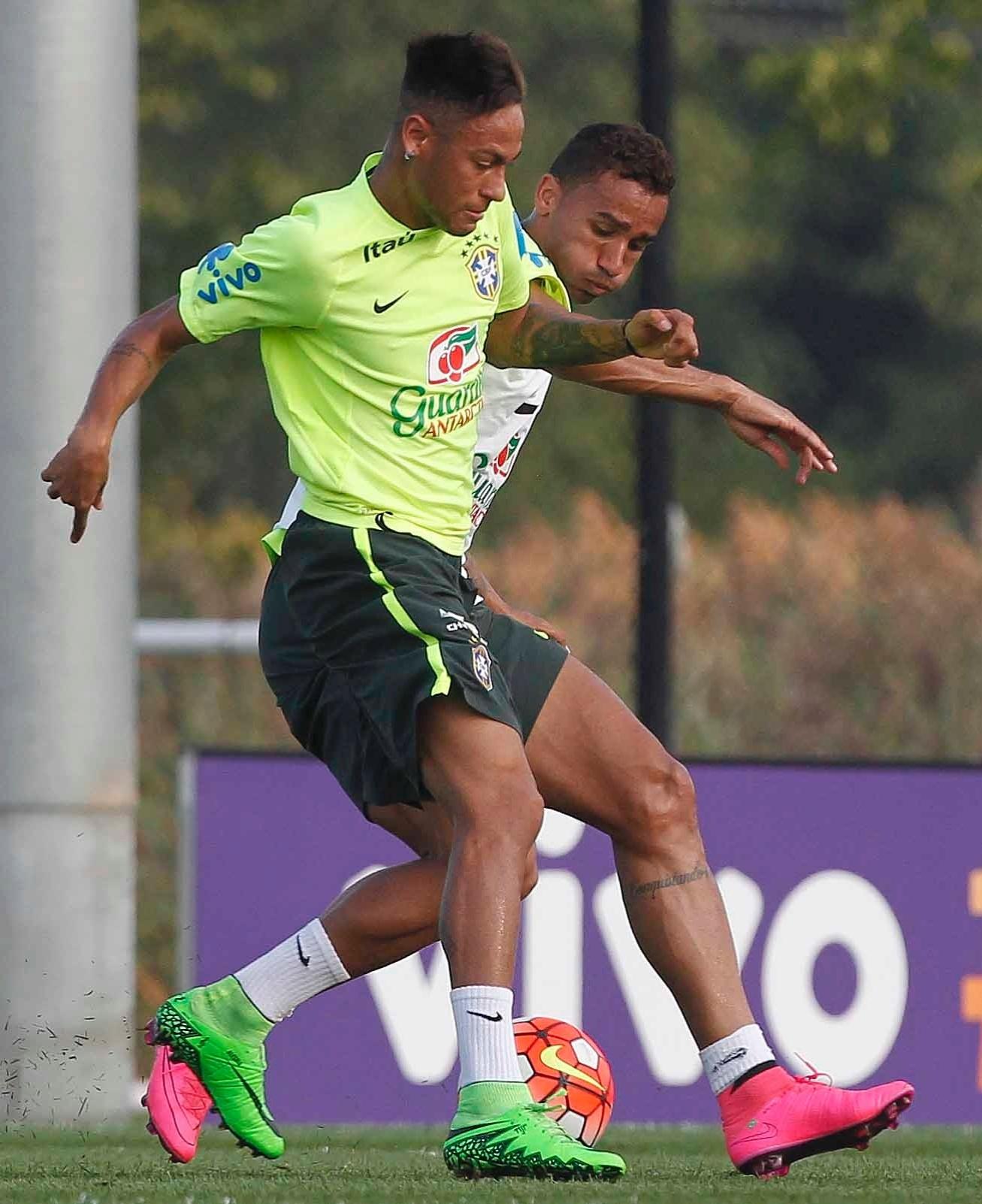 Neymar disputa bola com Danilo em treino da seleção brasileira
