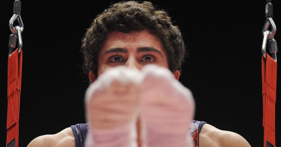 Luis Alejandro Soto Mendez , atleta da Costa Rica, se apresenta nas argolas, no Mundial de Ginástica