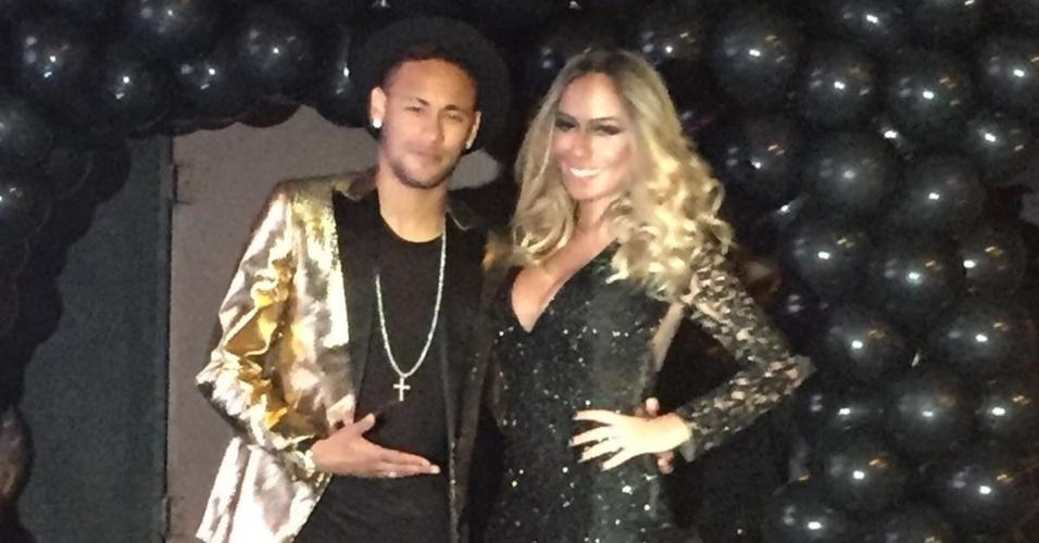 Neymar posa para fotos com Rafaella antes da festa de aniversário da irmã
