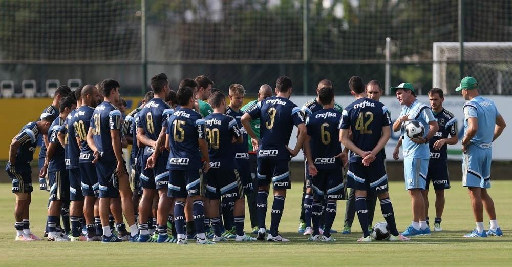 Cuca conversa com o elenco do Palmeiras antes de treino na Academia de Futebol