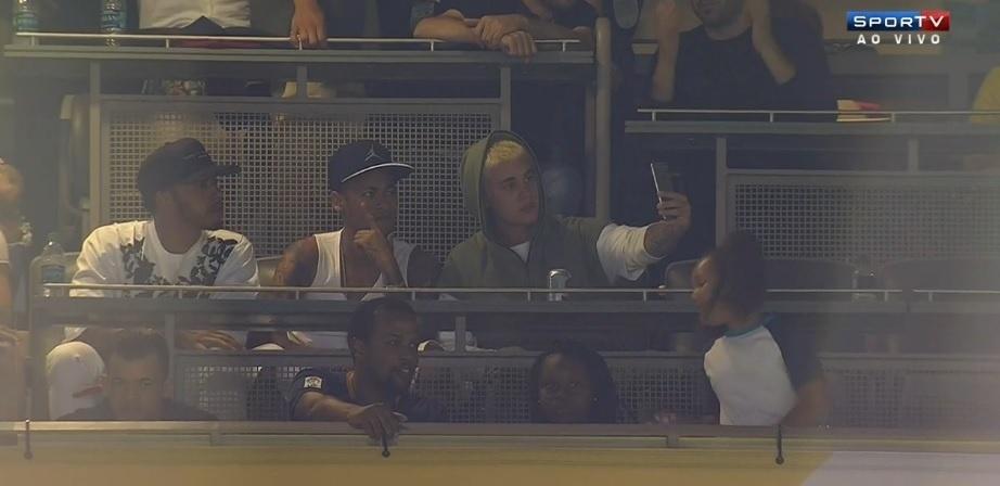 Neymar vai ao estádio assistir à partida do Brasil contra o Equador e vê o jogo ao lado de Lewis Hamilton e Justin Bieber