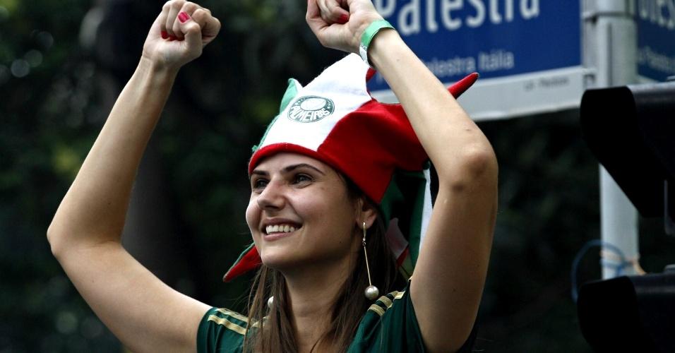 Torcedora do Palmeiras abre o sorriso antes do jogo contra a Chapecoense