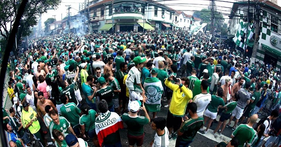 Torcedores do Palmeiras lotam a Rua Palestra Itália antes da partida