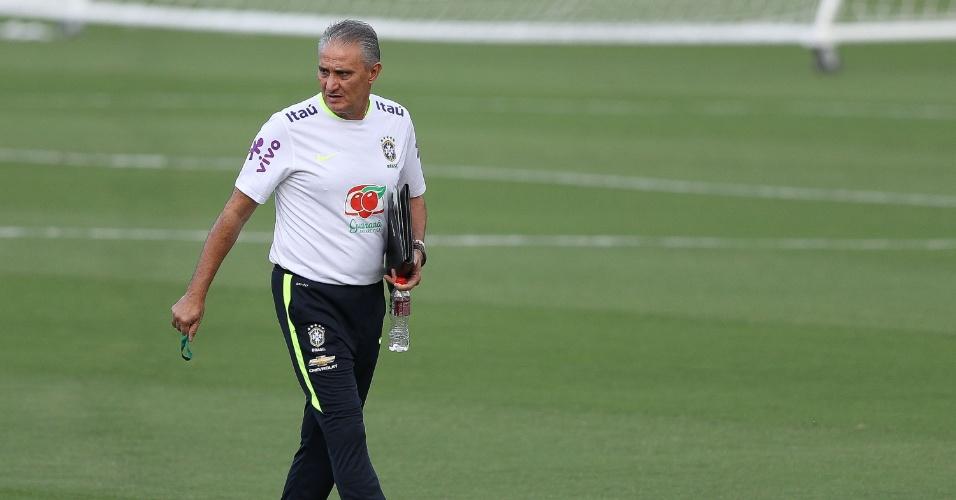 Tite observa treino da seleção brasileira