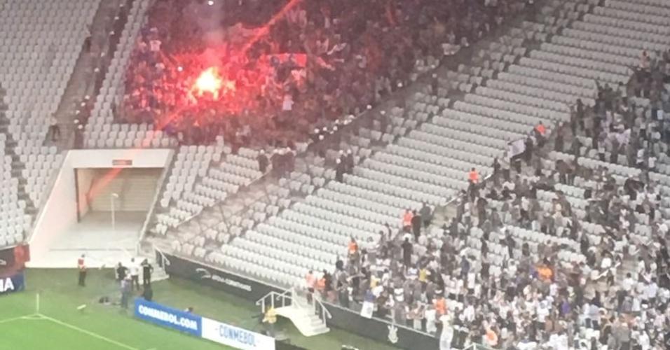 Torcedores da Universidad de Chile acendem sinalizador na Arena Corinthians