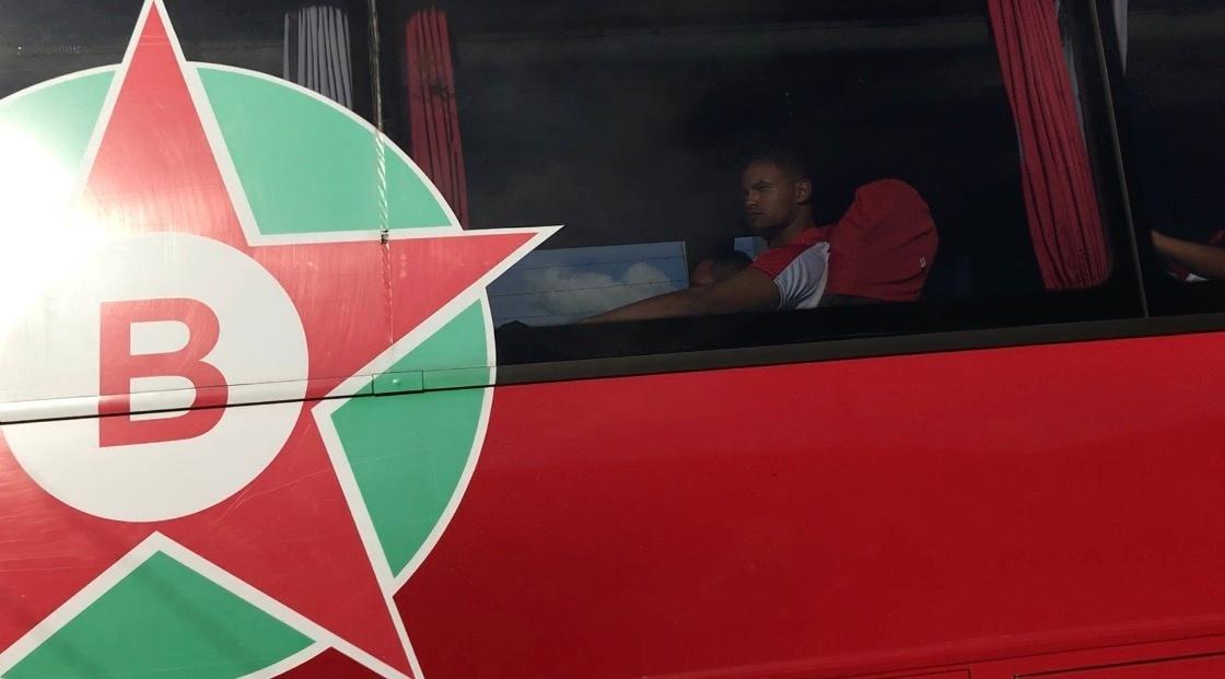 Bruno chegou tranquilamente ao Estádio do Melão, em Varginha, para seu retorno ao futebol