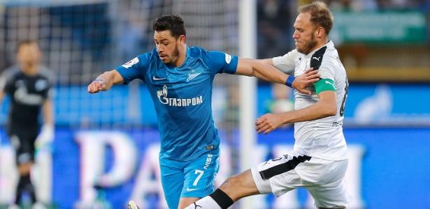 Giuliano, meia do Zenit (à esquerda), em ação durante a partida contra o FC Krasnodar - Epsilon/Getty Images