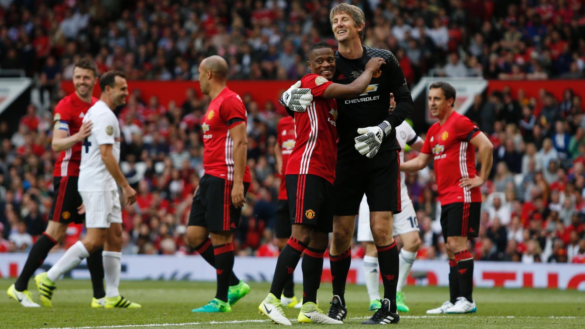 Evra abraça Van der Sar em jogo festivo do Manchester United