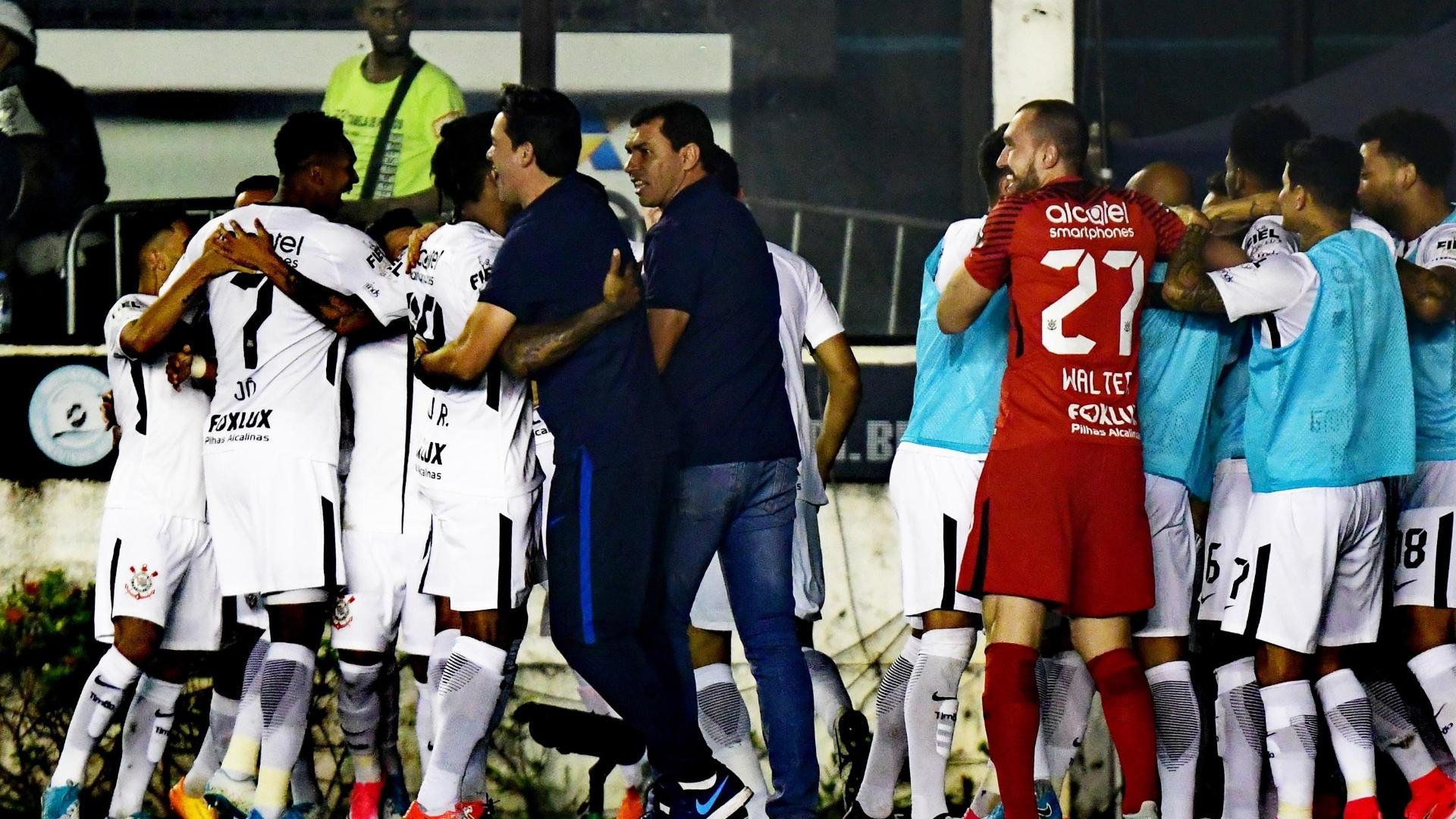 Jogadores do Corinthians comemoram o primeiro gol contra o Vasco
